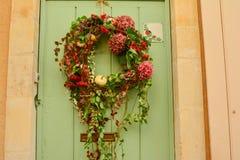 在一个木门的花圈 库存照片