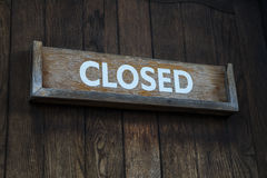 在一个木门的闭合的标志 图库摄影