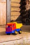 在一个木露台的玩具卡车 免版税库存照片