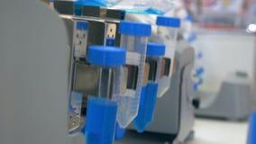 在一个未来派实验室,分析色的液体提取脱氧核糖核酸和分子在试管 ?? 影视素材