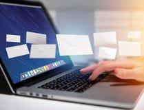 在一个未来派电子邮件接口显示的信封消息- 3d 免版税库存图片