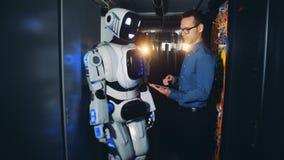 在一个机器人的一个人开关在数据中心,关闭  影视素材