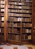 在一个机架的一个秘密门有书的在全国奥地利图书馆的主要大厅里在霍夫堡皇宫 免版税图库摄影
