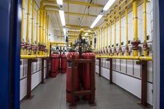 在一个机架的巨型氩灭火器在计算机服务器ro 免版税库存图片