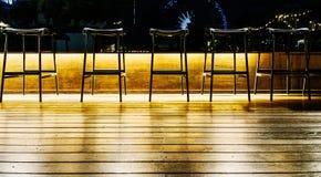 在一个机架的椅子在一个空的酒吧 免版税图库摄影