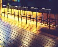 在一个机架的椅子在一个空的酒吧 库存照片