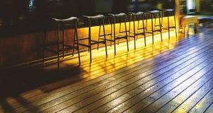 在一个机架的椅子在一个空的酒吧 免版税库存图片