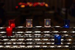 在一个机架的蜡烛在教会里 图库摄影