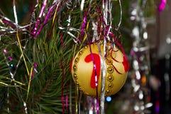 在一个杉木分支的圣诞树球在新 免版税库存照片