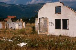在一个村庄的废墟在科索沃。 免版税库存照片