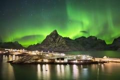 在一个村庄的极光borealis Lofoten的在挪威 免版税图库摄影