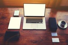 在一个杯子无奶咖啡旁边打开在一个质地棕色书桌现代办公室的笔记本 图库摄影