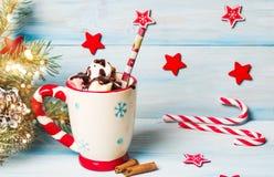 在一个杯子的五颜六色的蛋白软糖有欢乐装饰的 免版税库存照片