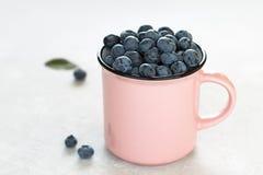 在一个杯子的夏天健康快餐蓝莓在桌上 免版税库存图片