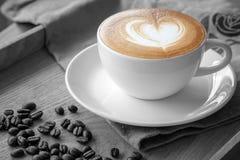 在一个杯子的心脏cafe拿铁 免版税库存图片