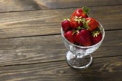 在一个杯子的成熟草莓冰淇凌 库存照片