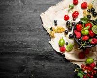 在一个杯子的新鲜的莓果在老织品 免版税库存图片