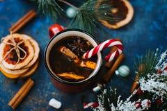 在一个杯子的欢乐棒棒糖用橙色咖啡 免版税库存图片
