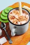 在一个杯子的热的可可粉用蛋白软糖和桂香 库存图片