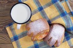 在一个杯子的牛奶用小圆面包 库存照片