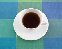 在一个杯子的脱除咖啡因的红茶在位置字块 库存照片