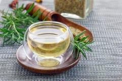 在一个杯子的草本迷迭香茶在东方背景,水平,复制空间 图库摄影
