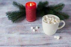 在一个杯子的蛋白软糖在一张木桌上 抽象空白背景圣诞节黑暗的装饰设计模式红色的星形 S 库存照片