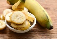 在一个杯子的香蕉在桌 免版税库存图片