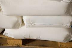 在一个板台的白色充分的袋子在干燥仓库里 库存图片