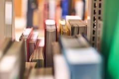 在一个架子的书在图书馆里 免版税库存照片