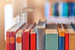 在一个架子的书在图书馆里 免版税库存图片