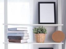 在一个架子的书在甲板桌上 库存图片