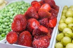 在一个架子的冷冻草莓在超级市场 冻果子和维生素conce 免版税库存图片