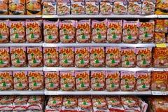 在一个架子的泡面在一个超级市场在泰国,翻译'Ma Ma'一著名在东南亚,4月18日, 库存照片
