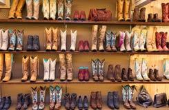 在一个架子的牛仔靴在商店,正面图 免版税库存图片