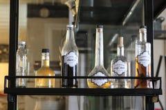 在一个架子的瓶在酒吧 库存照片