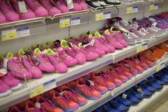 在一个架子的运动鞋在超级市场 库存图片