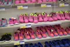 在一个架子的运动鞋在超级市场 免版税库存照片