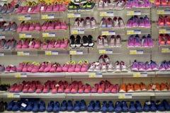 在一个架子的运动鞋在超级市场 图库摄影
