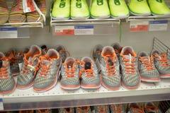 在一个架子的运动鞋在超级市场 免版税库存图片
