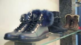 在一个架子的鞋子在精品店 影视素材