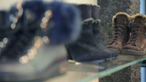 在一个架子的鞋子在精品店 股票录像