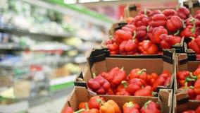在一个柜台的红色甜椒在超级市场 在堆的很大数量的红辣椒 股票录像