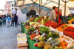 在一个柜台附近的人们与在一个市场在威尼斯, Ita上的菜 免版税库存图片
