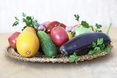 在一个柳条盘的各种各样的菜在桌上 库存图片