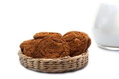 在一个柳条筐和一个水罐的麦甜饼牛奶 库存照片