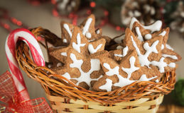 在一个柳条筐和糖果的礼物曲奇饼 免版税库存照片