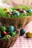 在一个柳条筐的五颜六色的东部鸡蛋 免版税库存图片