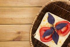 在一个柳条筐的单片三明治 免版税库存图片