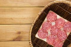 在一个柳条筐的单片三明治 免版税图库摄影